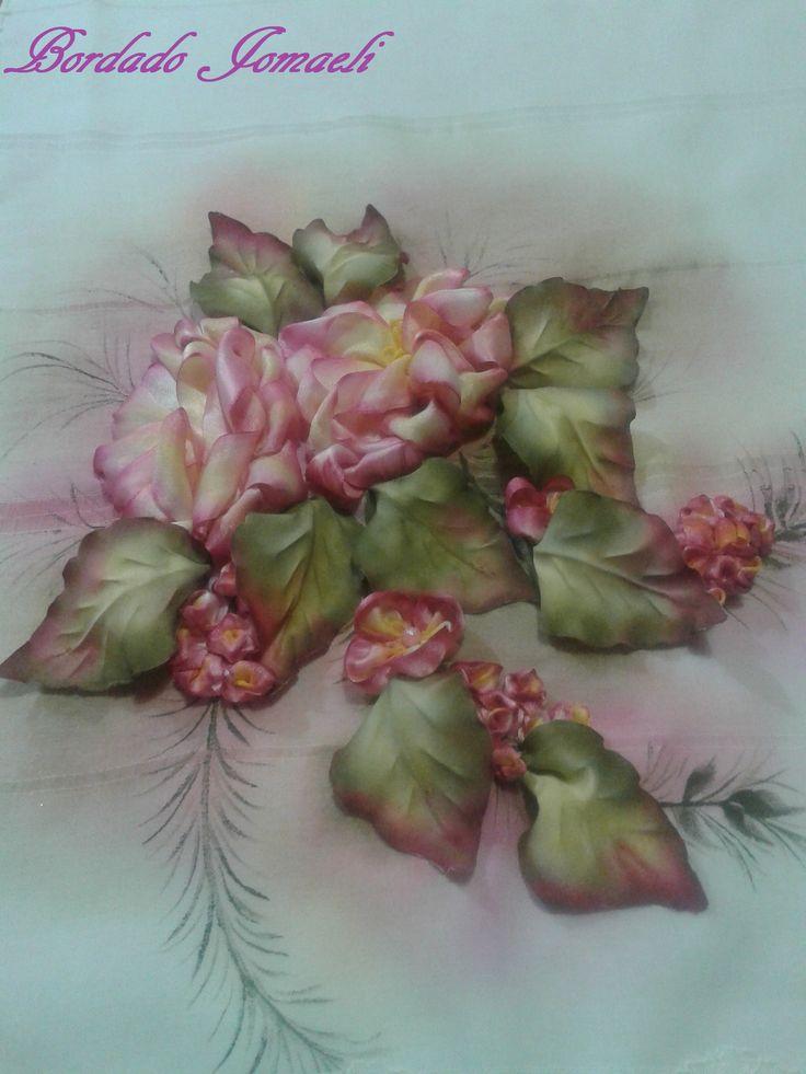 Camino de mesa Rosa bordada en cinta, hojas en tela Pintura textil, ante y durante el procesamiento
