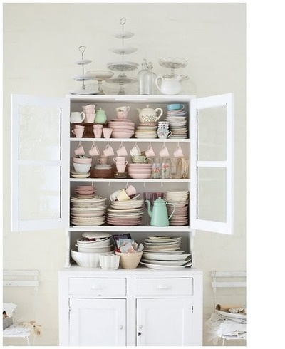 pastel.: Vintage Dishes, China Cabinets, Pastel Cerveza Tennis, Cakes Plates, Design File, Kitchens Cupboards, Kitchens Cabinets, Teas Parties, White Kitchens