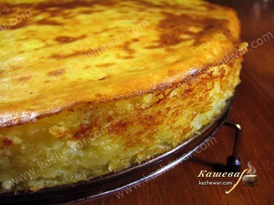 Картофельная запеканка с грибами Картофель – 2 кг Грибы – 500 г Лук репчатый – 2 шт. Яйцо – 1 шт. Масло растительное – 50 мл Масло сливочное – 20 г Перец черный молотый Соль Рецепт картофельной запеканки с грибами  Картофельная запеканка с грибами по рецепту белорусской кухни, готовится очень легко и быстро. Из картофеля приготовить пюре. Грибы обжарить с луком на растительном масле с добавление сливочного масла. Форму для выпекания пирогов смазать растительным маслом, выложить половин