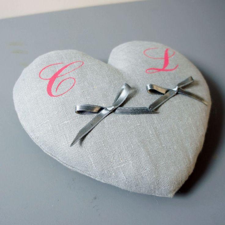 Coussin d'alliances en lin en forme de coeur avec initiales