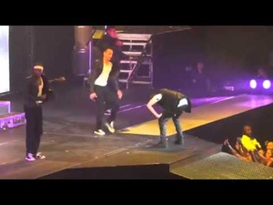 Justin Bieber vomit sur scene [video]