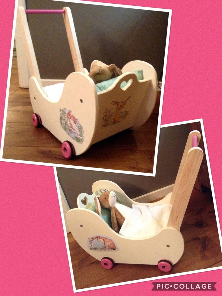 Poppenwagen loopwagen DIY, voor ons meisje van 1 jaar, gemaakt van multiplex, plaatjes 'Raad eens hoeveel ik van je hou' geprint en geplakt met creapodge en vernis, een matrasje op maat gemaakt met boeken als vulling voor de verzwaring, en een passend hoofdkussentje erbij. Hazeltje erin maakt het helemaal af!