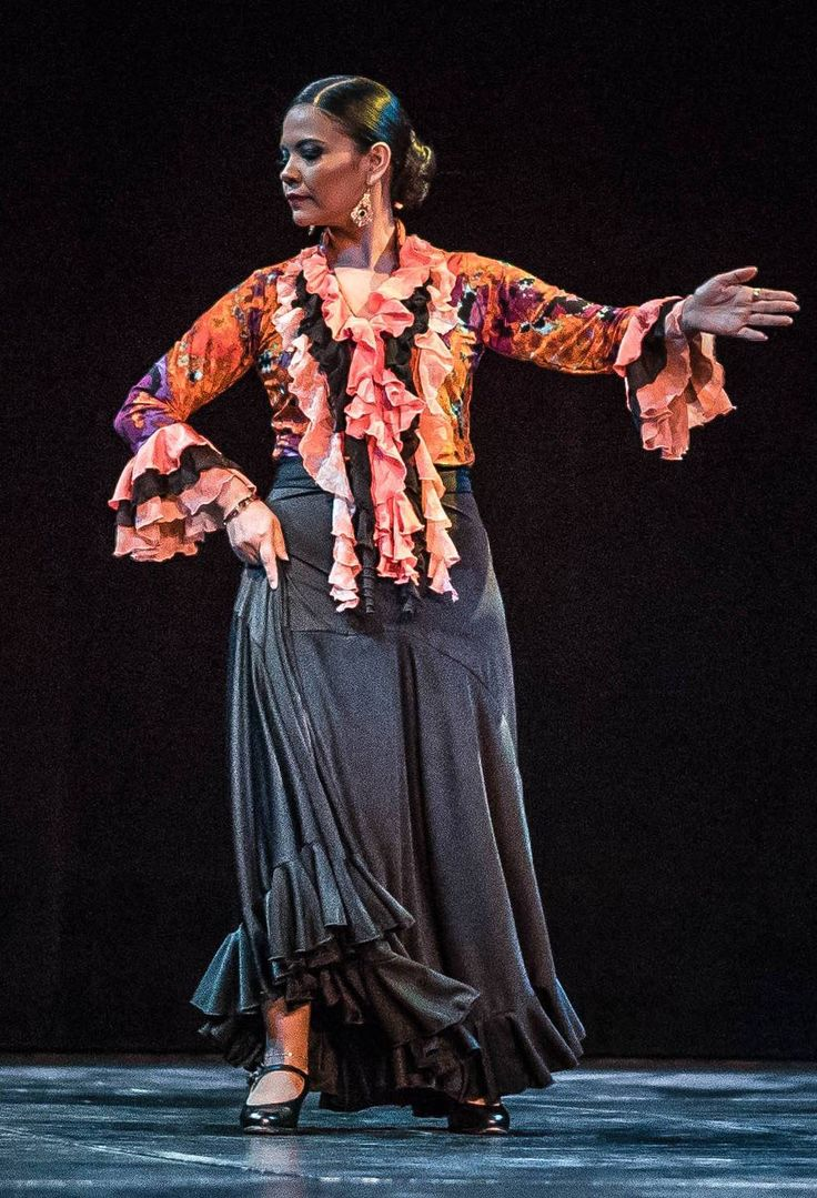Rumba flamenca wardrobe, with a Córdoba model skirt in black lycra and colored blouse with snail ruffles around collar, hanging to the waist and sleeves ending with circular ruffles.