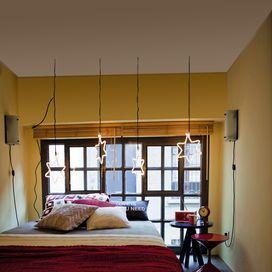 CAMERA DA LETTO PER SOGNARENella camera da letto è bene pensare a una doppia illuminazione: da una parte una luce potente, che possa esserti utile nei casi in cui hai bisogno di illuminare