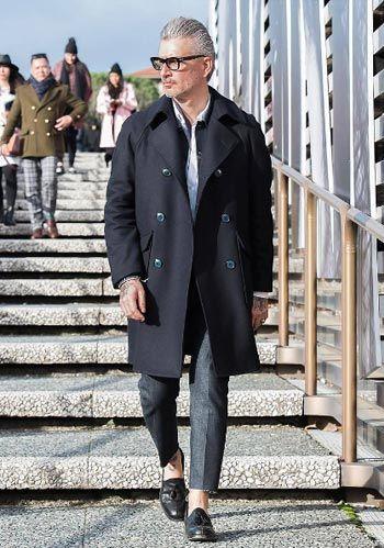 【40代】紺トレンチコート×スラックス×黒ローファーの着こなし(メンズ) | Italy Web