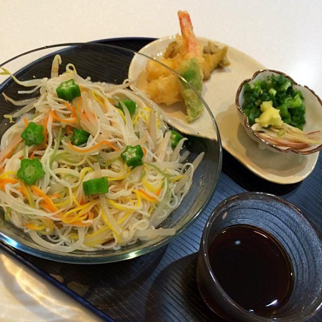 揚げ物が食べたい病がでて、特別に天ぷら。素麺には、えのきの、エリンギ、もやしでかさ増し。頑張っても約400kcal まだまだ減量させねばなりませんが、たまにはというところです。 - 12件のもぐもぐ - 母のランチ 素麺 by yumenimishi101