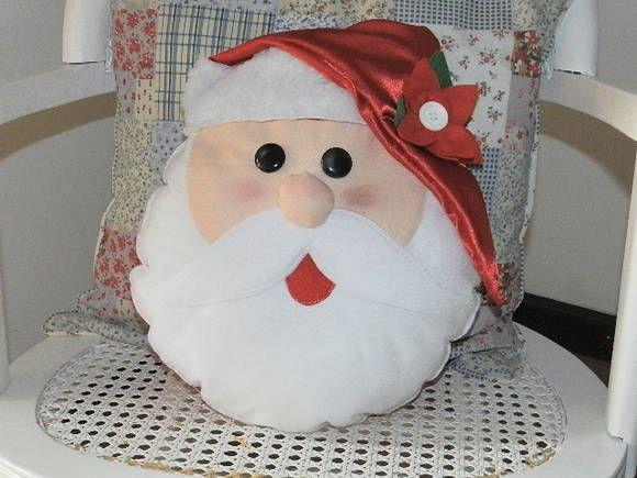 Linda almofada do Papai Noel, confeccionada em feltro com gorro de cetim . Mede aprox. 35X 30, com forro e enchimento siliconado .  Um lindo ornamento para deixar sua casa no clima do Natal. R$ 45,00