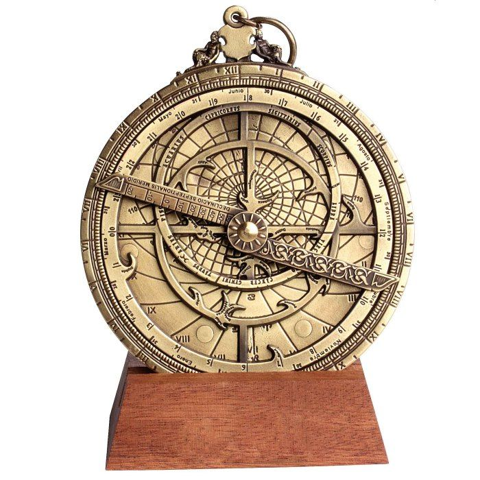Riproduzione di un Astrolabio planisferico. Diametro 10 cm. Fornito con descrizione del funzionamento, breve storia dello strumento ed elegante confezione regalo.
