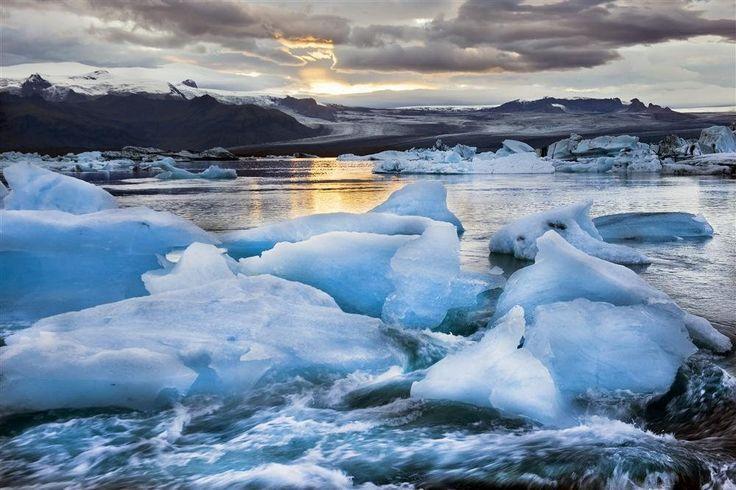Jökulsárlón- ISLANDIA  La posibilidad de navegar entre icebergs hace de esta laguna una cita ineludible en la ruta por el sur islandés. Está a pocos metros del mar.