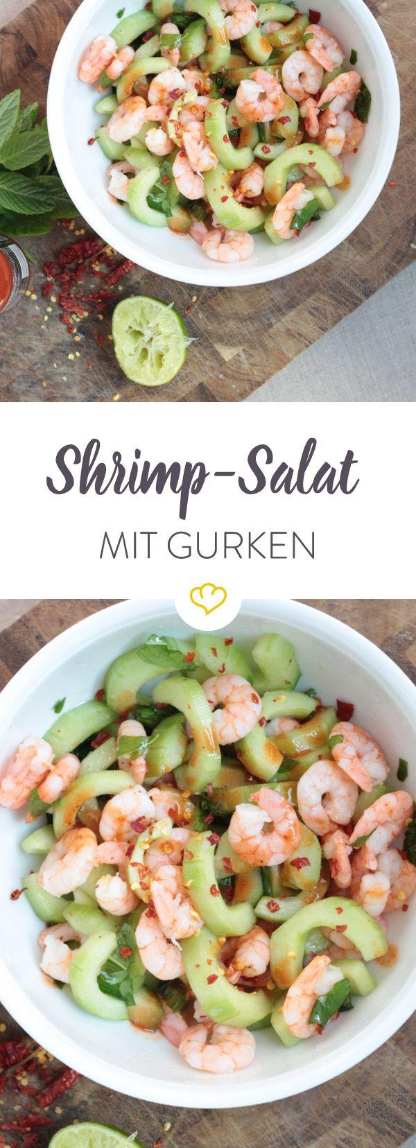 Frische Gurkenstückchen treffen zarte Shrimps, Kräuter und Limettensaft in der Salatschüssel, um dich bei deiner nächsten Mahlzeit zu erfrischen.