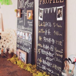プロフィールボードがあれば、親族もご友人も職場の方も2人の知らなかった一面を知り、ますますパーティーへの楽しみが湧く。 #プロフィールボード #待合 #手作り #結婚式 #ウエディング #wedding #ルメルシェ #ルメルシェ元宇品