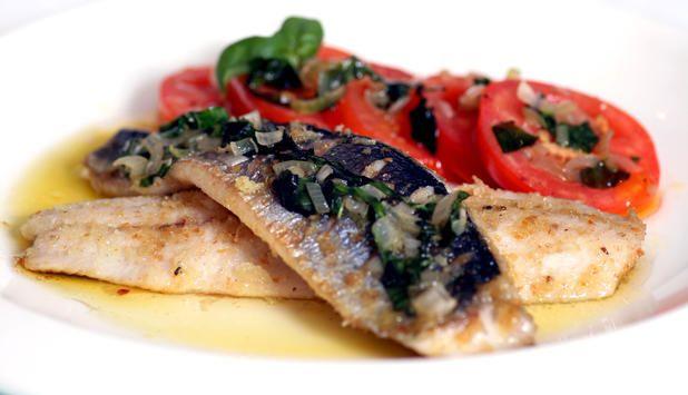 I denne oppskriften på stekt sild med tomat og løk setter basilikum en søt spiss på hverdagsmiddagen. #fisk #oppskrift