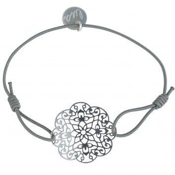 """Das Lua-Armband """"Oriental"""" in hellem Grau begeistert mit einem lässigen Ethno-Chic. Jetzt bei melovely."""