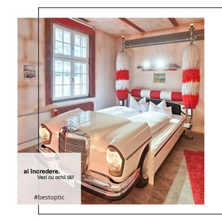 V8 este un hotel de 4 stele din Stuttgart, proaspăt renovat.  Design-ul și arhitectura sunt deosebite, având puternice influențe din sfera automobilismului. Totul a fost creat cu stil și cu mare atenție, așa că V8 poate fi considerat chiar o opera de artă. Copiii vor fi super încântați să doarmă într-un pat în formă de mașină sau într-o cameră plină cu motive auto. Un loc #devazut cu ochii tăi! #bestoptic #vacanta #familie #copii