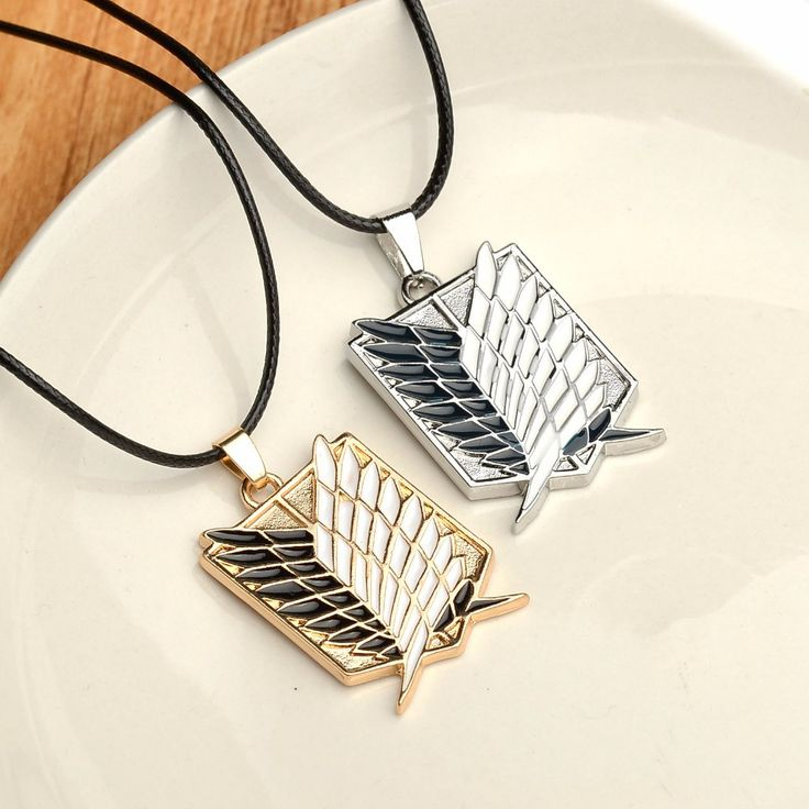 Get this Attack on Titan Wings of Liberty Necklace and let the world know you're an Attack on Titan fan! Chain length : 20+5cm Pendant size : 3.4cm x 2.5cm INTERNET EXCLUSIVE - NOT SOLD IN STORES