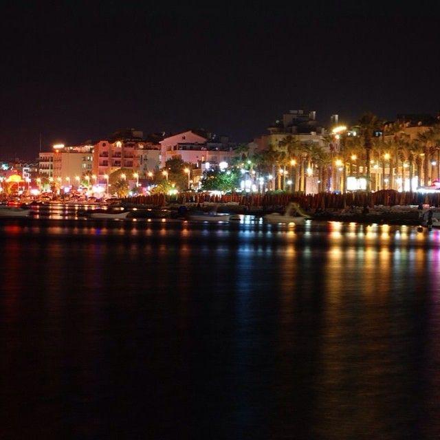En af de smukkeste ting ved Marmaris, er Marmaris om aftenen. Du kan læse mere her: www.apollorejser.dk/rejser/europa/tyrkiet/marmaris