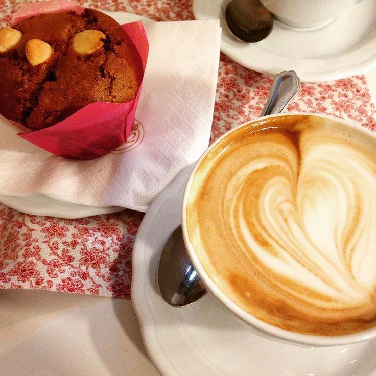 O melhor Romeu e Juliete: cappuccino e muffin de mirtilo e amêndoa veganos. Ai que delícia! Com a chuvinha então.. Verona se revelando a mais #veganfriendly das cidades italianas