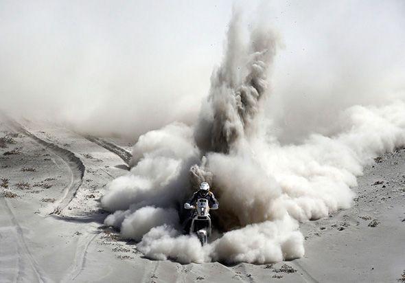 As fotos ganhadoras selecionadas pela Agência Internacional Reuters Riaan Van Niekerk da África do Sul monta sua KTM durante a 5ª etapa do Rally Dakar 2013 de Arequipa no Peru para Arica, no Chile, 09 de janeiro de 2013.