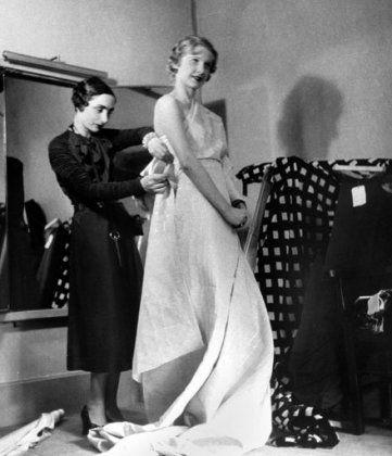 Αυτή ήταν η Mme Grès, η γλύπτρια της μόδας με πρότυπο τον αρχαιοελληνικό χιτώνα, ύμνησε το πλισέ & την υπέρκομψη γυναικεία φιγούρα! (φωτό & βίντεο) | eirinika.gr