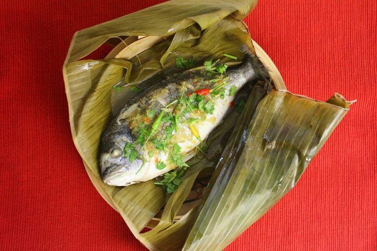Une recette de poisson aux feuilles de bananier Pla Neung Prik Manao ปลากะพงนึ่งมะนาว simple et rapide à réaliser et en plus c'est délicieux. La feuille de bananier donne au poisson une saveur inimitable.