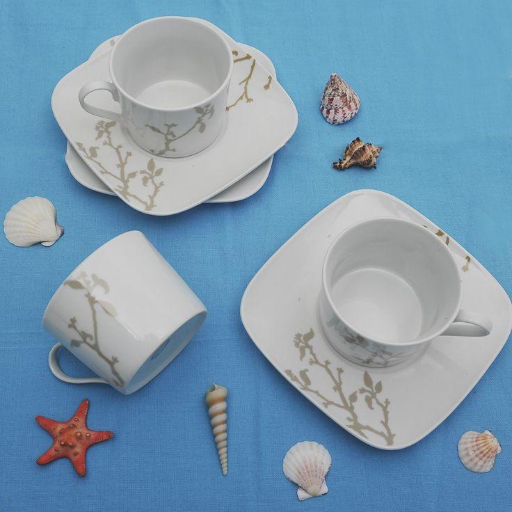 Έξι φλυτζάνια με τα πιατάκια τους για τον τσάι ή το καπουτσίνο σε χρώμα γκρι και κοραλένιο.