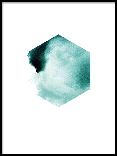 Grafisk plansch till inredning. Poster med grafisk hexagon i blå, turkos nyans. Ett riktigt trendigt motiv som passar till modern inredning. Passar bra i någon av våra fina ramar och är även fin att sätta upp med en klämma.