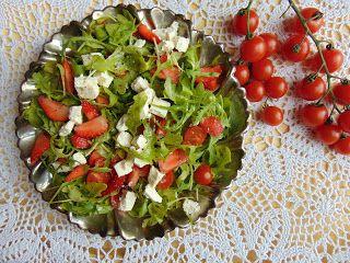RADOŚĆ KIPIĄCA UŚMIECHEM.: Sałatka z rukolą , truskawkami, pomidorkami...