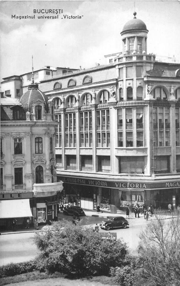 """1960 În stânga, Hotelul Victoria (fostul Hotel de France) ce avea la parter un restaurant, fosta berărie """"Vârful cu Dor"""". A fost demolat după cutremurul din 1977. În dreapta, Galeriile Lafayette (Palatul Socec), primul super magazin al Bucureștiului"""