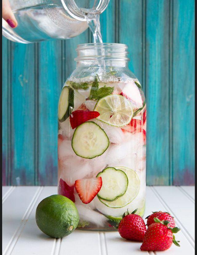 Idees de recettes d'eaux detox - Water detox fraises citrons                                                                                                                                                                                 Plus