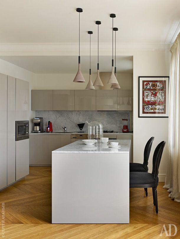 Кухня, как и вся квартира, выдержана в природных тонах, от сливочного до цвета мокрого песка. Светильники над кухонным столом — Aplomb по дизайну Lucidi & Pevere для Foscarini.