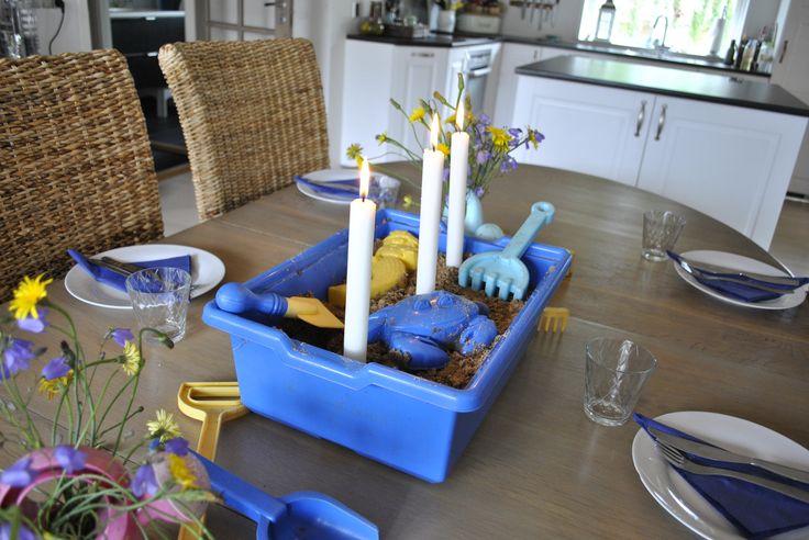 Dæk et bord med børnenes legesager - Use children's toys when you set the table http://lonnisverden.blogspot.dk/2015/08/sandkasse-i-spisestuen.html