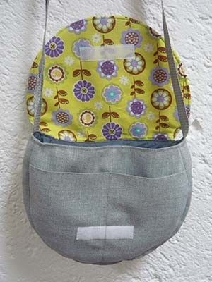 Easy 70's handbag tutorial. It includes a printable pattern. #bag #purse #sewing. Free!
