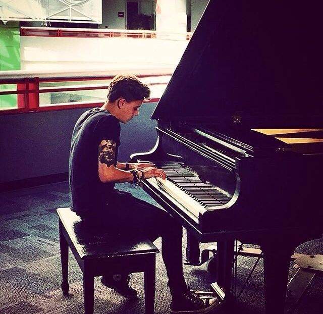 He makes me melt when he plays the pianoooooooo