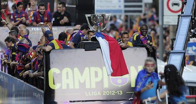 [FOTOS] Alexis Sánchez marchó en Barcelona rodeando la copa de campeón con la bandera chilena - Ferplei