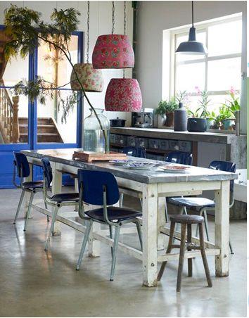 mezcla de elementos como sencillas mesas rústicas y sillas desiguales