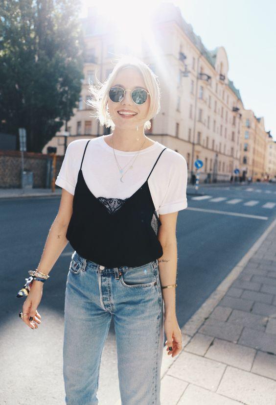 Look lindo com regata de alcinha e renda, camiseta branca, jeans e óculos escuros