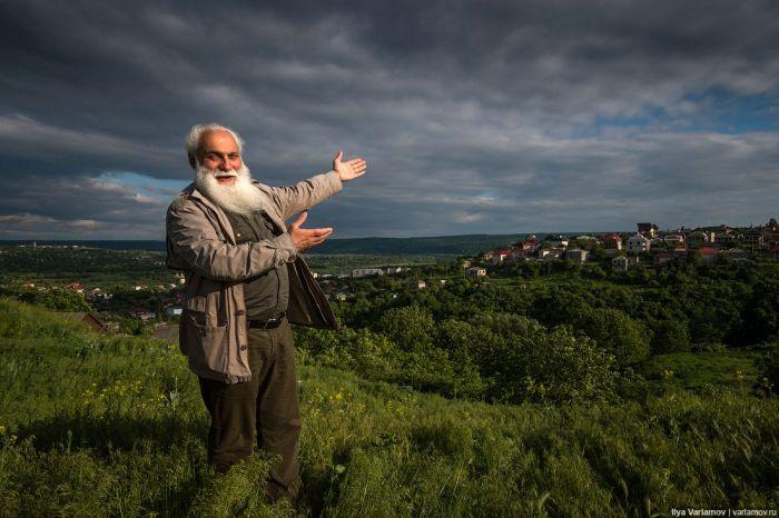 #интересное  Как живет настоящий цыганский барон (32 фото)   Этот пост познакомит нас с Артуром Михайловичем Черарем, цыганским бароном, живущим в Сороках, Молдова. Он любезно согласился рассказать о своей жизни, показать свой дом, рассказать о современном положе