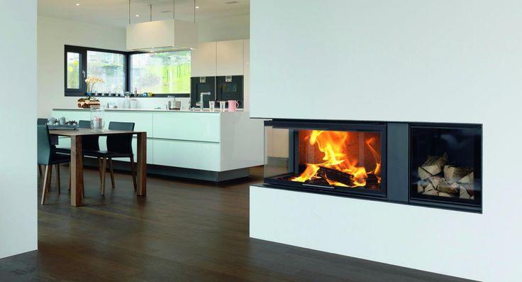 Chimenea de leña ideal para cocinas, doble cristal y visión panorámica con espacio para leñero #chimenea #leña #cocina #leñero #decoración #interiores #cocinas