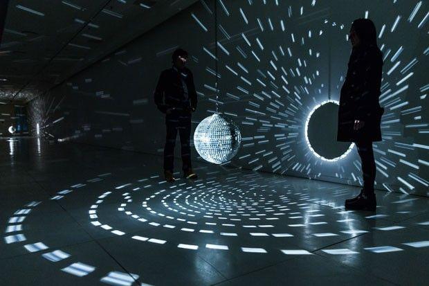 Space – Speech – Speed, instalação no Faena Arts Center, 2013, de Mischa Kuball