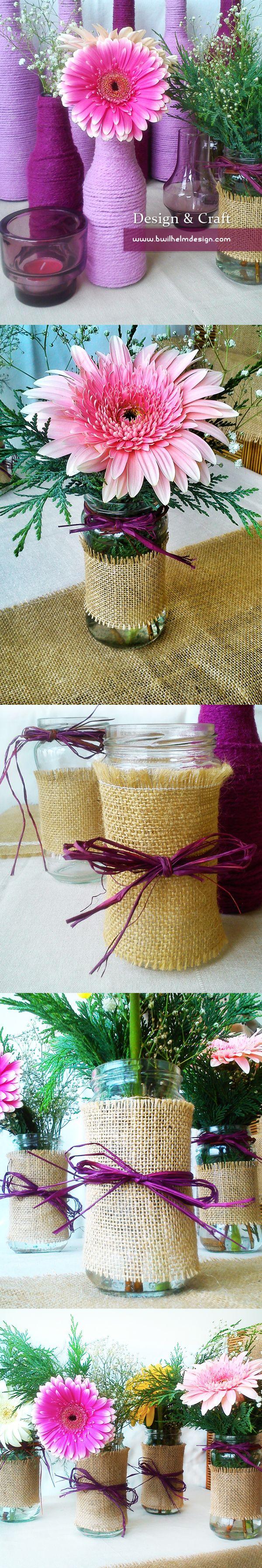 Floreros de gerberas hechos con botes de mermelada y decorados con tela de yute y lazos de rafia granate.  Vase made with reused jars and burlap www.bwilhelmdesign.com