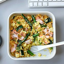 Zestaw lunchowy z pieczonym łososiem, szparagami i cukinią | Kwestia Smaku