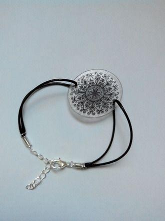 bracelet avec cordon de coton ciré noir  avec fermoir à ressort réglable grâce à une petite chainette  longueur totale :(au plus petit) 15cm                  (au plus grand - 16630255