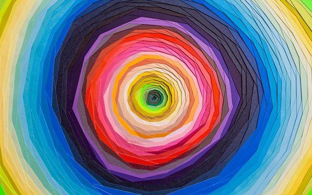 """Le psichedeliche opere di carta intagliata firmate da Maud Vantours La designer francese Maud Vantours, per l'anagrafe è una giovane artista, ma ha già lavorato con i più importanti marchi dell'alta moda parigina. Le sue """"3D Papers"""" sono sculture di carta intagliata  #arte #scultura #carta"""