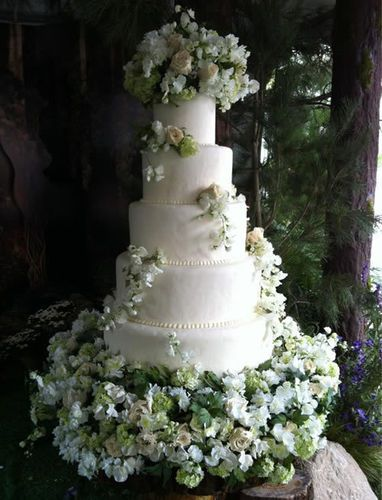 Bella & Edward's 'Breaking Dawn' Wedding Cake #Twilight