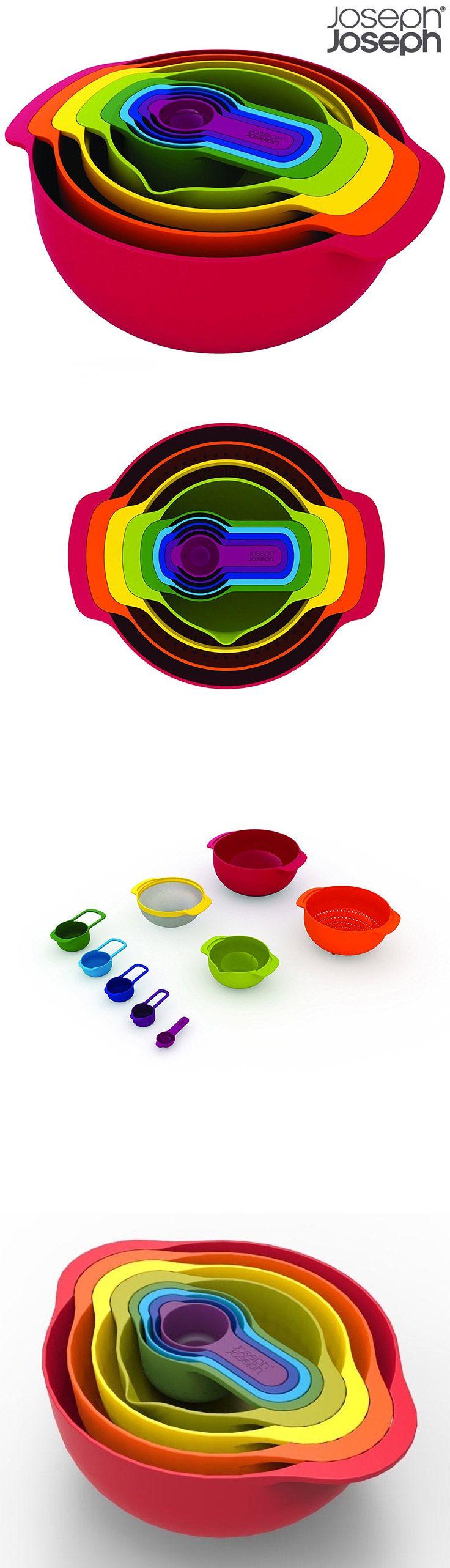 JOSEPH JOSEPH Nest™ 9 Plus Red - 9-ti dílná sada kompaktní kuchyňská sada  Bestseller od Joseph Joseph v nové barvě.  Sada obsahuje:  velkou míchací mísu s protiskluznou úpravou (4,5L), plastový cedník (3L), sítko s jemným nerezovým pletivem (1,65L), malou protiskluznou mísu s vnitřními odměrnými ryskami (0,5L), ednotlivé odměrky s dvojím značením (hrnek-ml): 1CUP-250ml, 1/2CUP-125ml, 1/3CUP-85ml, 1/4CUP-60ml, 1/6CUP-5ml,15ml.