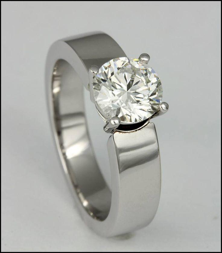 Ref. 2I Solitario en oro blanco de 18K con diamante talla redonda.