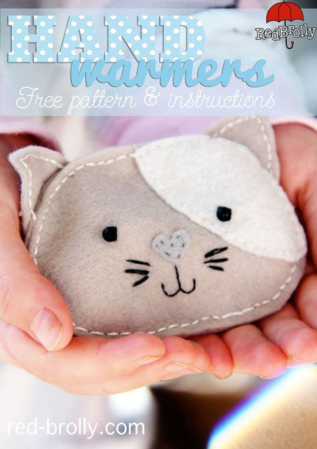 Kitten Pattern Hand Warmer | DIY Simple And Quick Handmade Projects To Make This Winter - A Perfect Gift This Valentines Day by Pioneer Settler at http://pioneersettler.com/hand-warmers-diy/