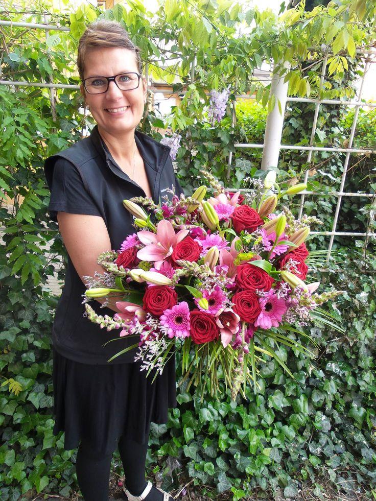 Dagens Blommogram kommer från Interflora Fresh Söderblommor i Malmö. Buketten innehöll rosa liljor, Red Naomi rosor, rosa limonium, vinröda lejongap, cerise germini, buplerum och palmblad. #blommor #blommogram
