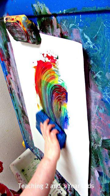 Regenboog verven met een spons( dotjes verf in de volgorde van de regenboog op papier zetten