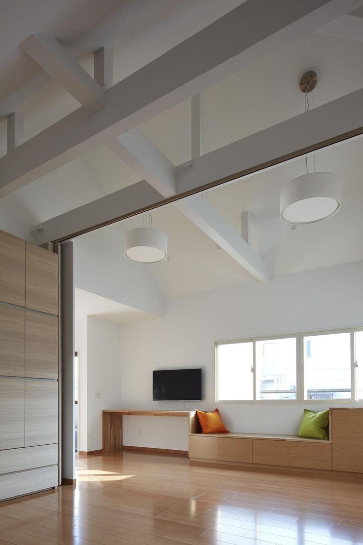 子世帯リビング 既存天井を壊し梁あらわしの開放感のある天井とした(小岩の二世帯住宅) - リビングダイニング事例|SUVACO(スバコ)